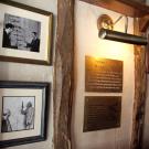 Pamiątkowe tablice w The Eagle